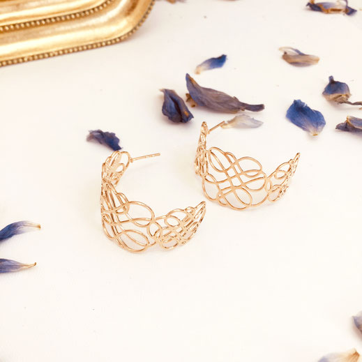 boucles d'oreilles gwapita doré plaqué or creatrice ronde  creoles infinity enlacée courbes lignes infini femme dentelle