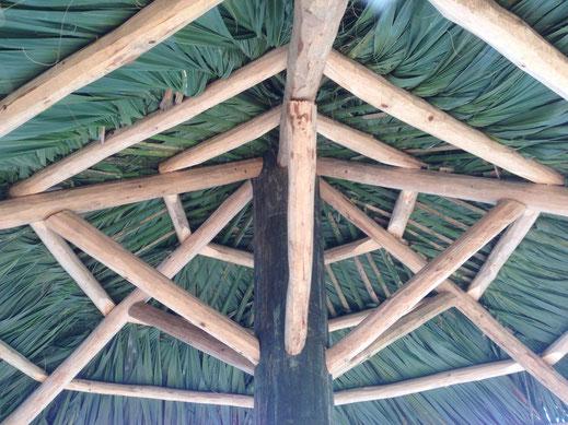 Tiki-Hut Schirm fertig geflochten