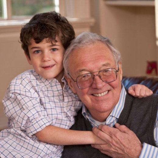 Opa und Enkelsohn freut sich über neu gewonnene Sehhschärfe dank vergößernder Sehhilfen