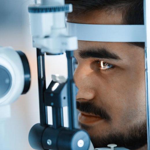 Beurteilung des Tränenfilms mit einem Video-Spaltlampenmikroskop.