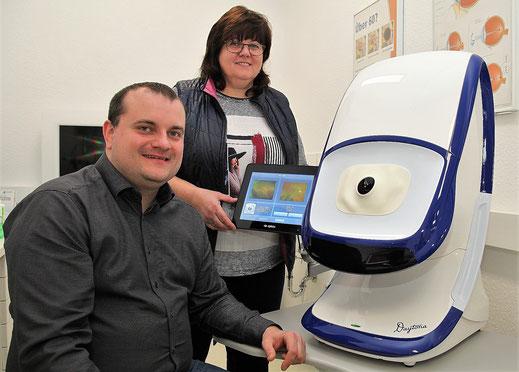 Augenoptikermeisterin Heike Woucznack und Brian Fröhlich – an moderner Technik: optomap®; © Marina Arlt