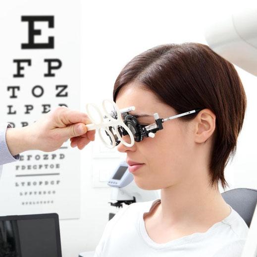 Auswahl der optimalen optischen und elektronischen vergößernden Sehhilfen.