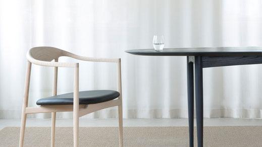 Brdr. Krüger ist bekannt für ihre herausragenden Holzmöbelentwürfe, wie Stühle, Tische und Leuchten, in Zusammenarbeit mit renommierten Designer/innen. Jedes ihrer Möbelstücke ist ein Stück dänischen Möbeldesigns.