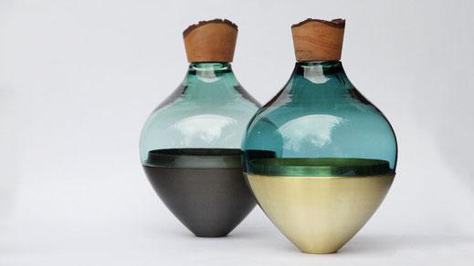 Utopia & Utility verbindet mit ihren Vasen-Skulturen Handwerkskunst und Innovation. Die Kunstobjekte sind alle handgefertigt in Europa in kleinen Fachbetrieben und verarbeiten traditionelle Materialien zu ganz besonderen Stücken.