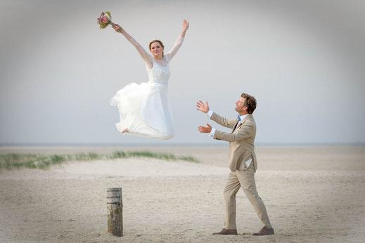 after wedding shooting, fotograf hochzeit, hochzeitsfotogaf st. peter-ording, hochzeitsbilder, brautpaar, strand, dünen, nordsee, heiraten in st. peter-ording