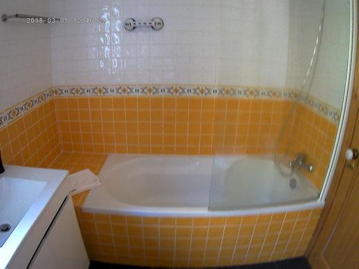 salle de bains jaune de la casa da manga