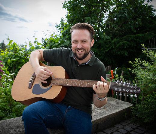 Foto: Michael Roither an der Gitarre