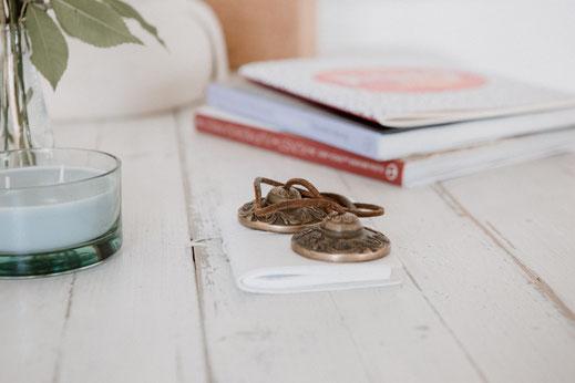 Yoga Stilleben mit Büchern, Kerze, Zimbeln von hello-balance