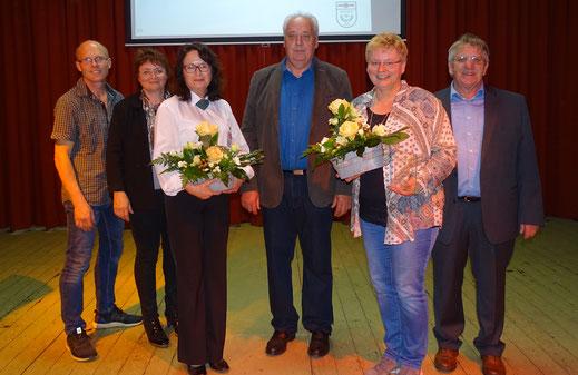 Stolze Inhaber der Gau-Ehrenplakette: Sabine Niedzwetzki und Andrea Klein sowie Laudator Erich Neuhaus (STG/TG Grund). Nicht im Bild: Stefeanie Menn und Stefanie Schulz-Ballion