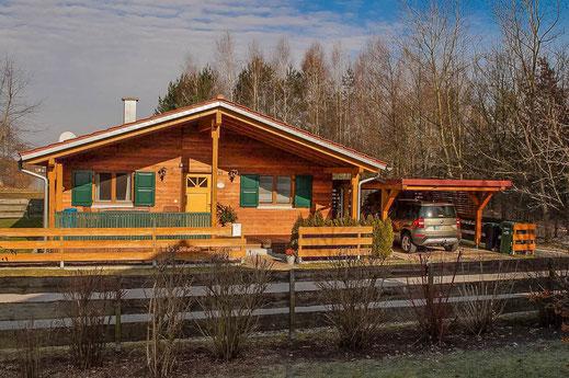 Unser Ferienhaus - Ansicht von Strasse zu Eingang - Ferienhaus am Brückelsee - Erika Wölfel