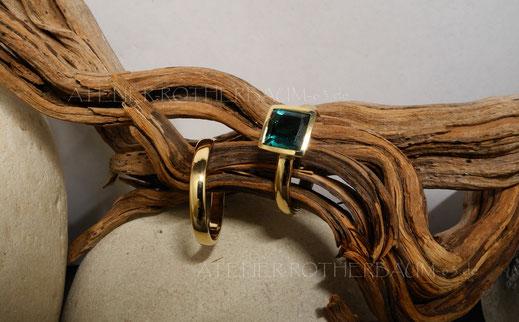 K6 Trauringe in Finnland Waschgold (585) und einem konfliktfreien Brillanten und gekritzelter OberflächeErbschmuck ergänzt mit neuer Fassung und Namibia Turmalin und Finnalnd-Waschgold (750) und K6 Traurring in konventionellem Gold