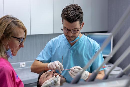 chirurgien dentiste et son assistante en soin
