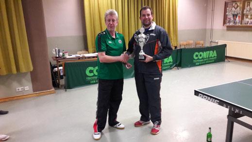 Das Foto zeigt den Vereinsmeisterschaftsbeauftragten Dietmar Henne (links) bei der Übergabe des Wanderpokals an den aktuellen Vereinsmeister Daniel Muth.