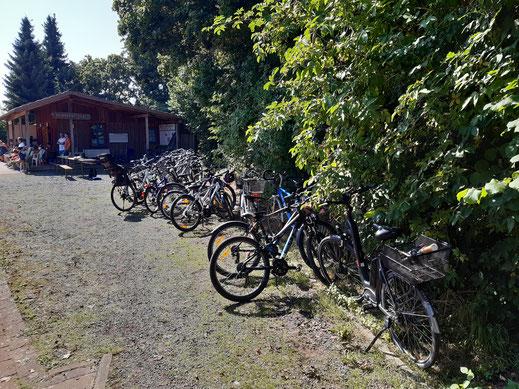 Viele Fahrräder an der Tennishütte