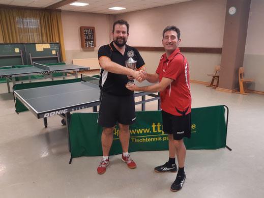 Pokalübergabe vom Organisator Florian an Sieger Daniel
