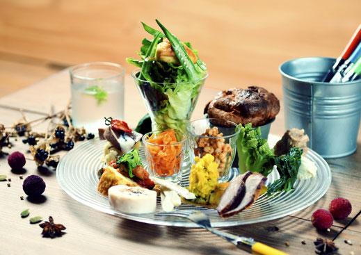 盛り付けはSNSでの発信を意識して、食器選びから料理の配置、高さに至るまで長年の経験から導き出した。