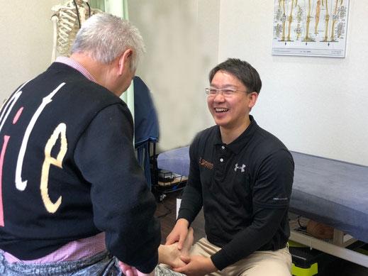 テーピング療法後は痛みの確認をし、セルフケアまでアドバイス