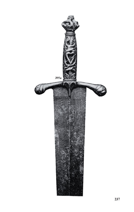 Italienisches Kurzschwert vom Ende des 15. Jahrhunderts mit durchbrochenem Eisengriff und Figuren gravierter Klinge mit Vergoldung. Länge 78 cm.