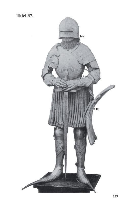 Deutsche gotische Rennrüstung aus der Mitte des 15. Jahrhunderts. Mit hinten vielfach geschobenen Schallern mit aufschlächtigem Visier, auf dessen rechter Seite vorn eine Waffenschmiedemarke sitzt. Gewicht 3850 g.