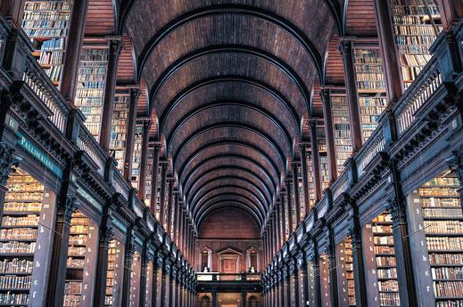Bibliothek mit alten Büchern