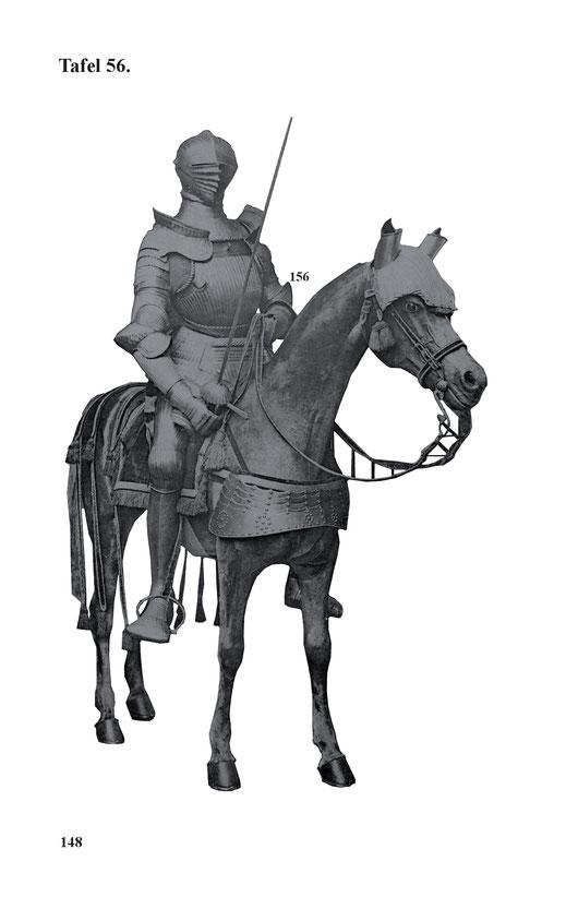 Kannelierte Maximilians-Reiterrüstung zu Pferd mit 3050 g. schwerem Visierhelm mit dreifachem Wulst und Bourrelletterand analog Nr. 155. Die Buckel der Ellbogenkacheln und die Schulterbrechränder in schuppenähnlicher Weise ausgetrieben.