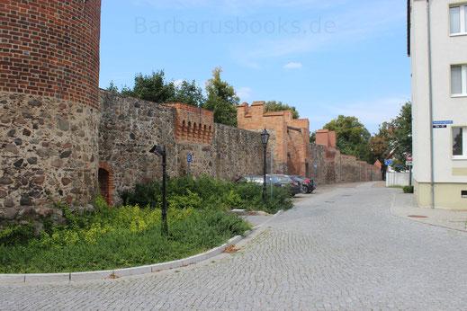 Blick zum inneren Rundgang entlang der Stadtmauer