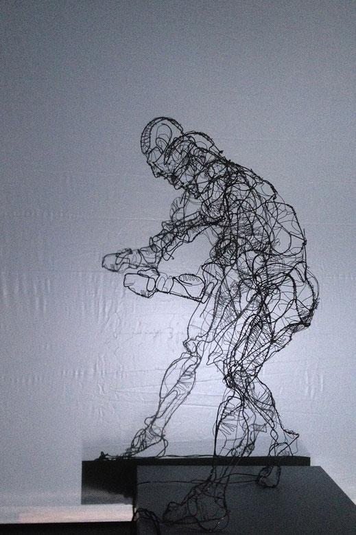 'Tänzer' // Bildhauerei: Deike Heeren // Draht, H 195 cm
