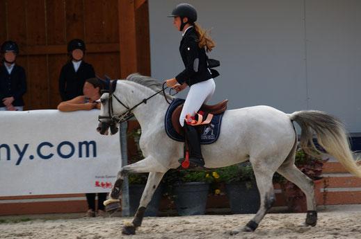Jeune cavalière cheval blanc