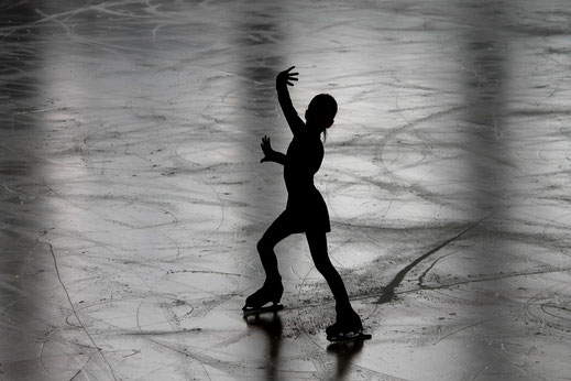 Fillette danse sur glace