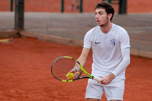 Jeune homme service tennis