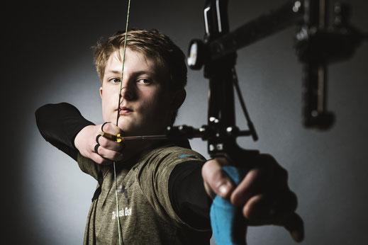 Jeune homme tire à l'arc