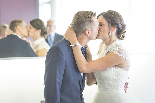 Hochzeitsfotograf Hamburg - Hochzeitskuss im Standesamt