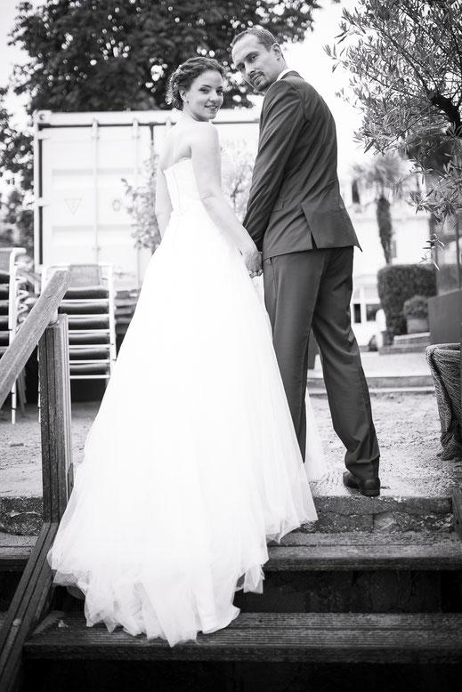 Hamburger Hochzeitsfotograf - Braut undBräutigam auf der Treppe zum Elbstrand