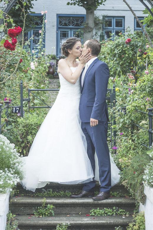 Hochzeitsfotograf Hamburg - Hochzeitküsse Brautkleid und Co