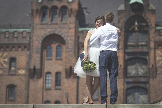 Hochzeitsfotograf Hamburg - inniger Moment in der Speicherstadt