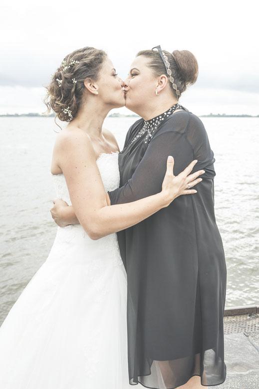Hochzeitsfotograf Hamburg - Hochzeitskuss für die Brautschwester