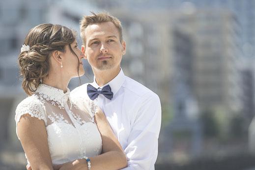 Hochzeitsfotograf Hamburg - Hochzeitsbild mit Blick auf den Kaiserkai