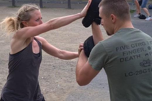 Krav Maga Combatives Hanau - Sarah Trainerin für Selbstverteidigung und Selbstschutz für Frauen, Kinder, Jugendliche
