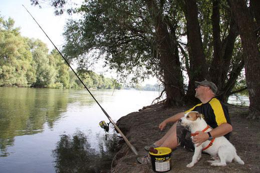 Peter und Anton fischen am Rhein auf Wels.