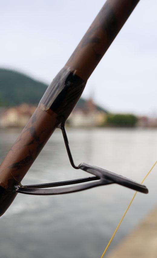 Welsangler wirft Blinker weit über das Ziel hinaus - Mehrere Einschläge eines großen Blinker, ein sogenannter Spinköder zum aktiven angeln auf Wels, wurden am Samstagnachmittag im Garten des Heidelberger Schlosses verzeichnet