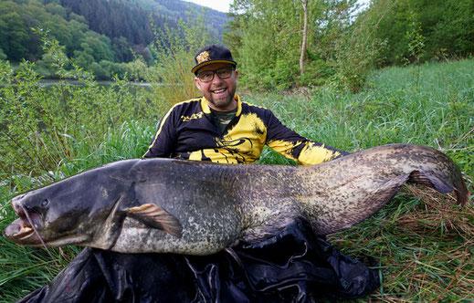 Geangelt wird am Neckar meinst mit der Posenmontage, dieses System ermöglicht eine sehr natürliche Präsentation des toten Köderfisches unter Wasser.