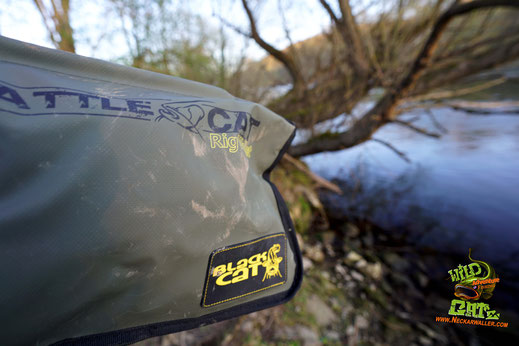 Black Cat Rig Wallet - Gummierte, Schmutz- und Wasserabweisende Vorfachtasche für den Transport von 10 Wallermontagen. extrem verstärkte Schutzhüllen im Inneren des Rig Wallet XXL garantieren eine sichere Aufbewahrung fertig gebauter Welsvorfächer.