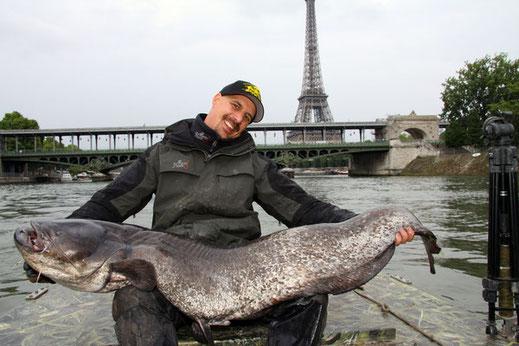 Patrick Haas mit einem Wels direkt unter dem Eifelturm von Paris.