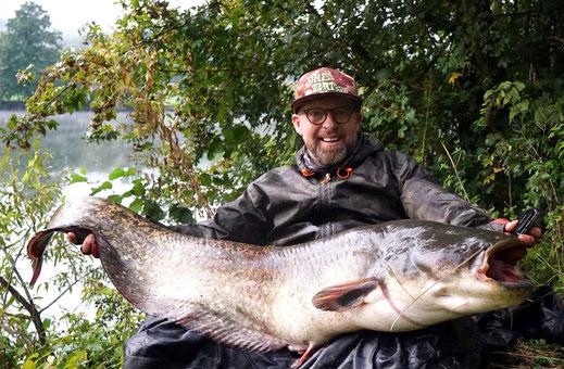 Im Herbst, wenn die Wassertemperaturen fallen und die Nächte kalt und lang werden, hat man nochmals gute Chancen, erfolgreich in Deutschland auf Wels zu fischen.