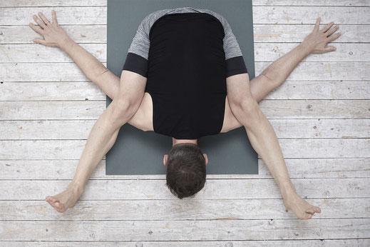 Yogahaltungen, die schwer aussehen, werden leichter einzig durch Übung.