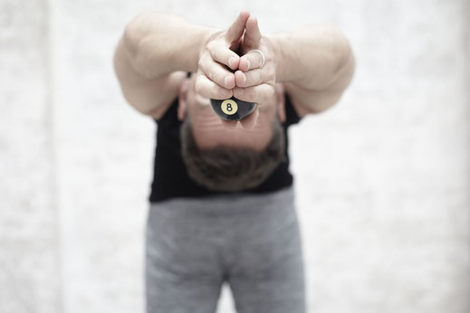 Die Ashtanga Yoga Praxis kann recht herausfordernd sein.