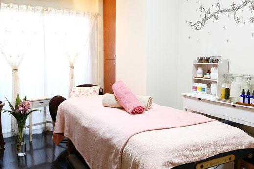ピンクと紫を基調としたサロンのお部屋