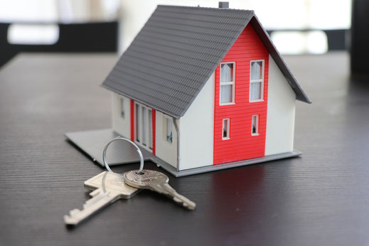Petite maison avec une un trousseau de clés