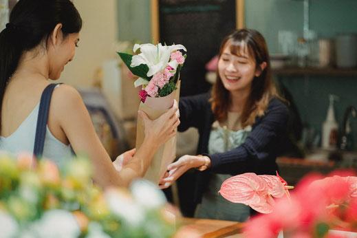 Verkäuferin, Kundin, Blumen, Serviceorientierung, Knigge Kurs