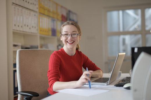 Frau im Büro, serviceorientiertes Arbeiten mit Business-Knigge
